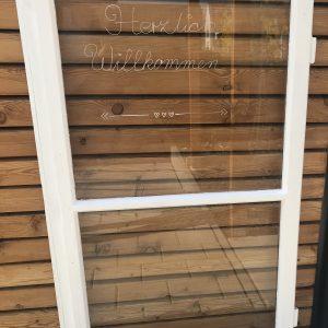 Großes altes Fenster – Individualisierbar – Herzlich Willkommen – Weiß